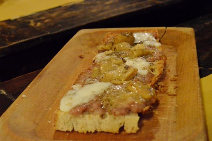 Crostone con salsiccia pecorino e funghi