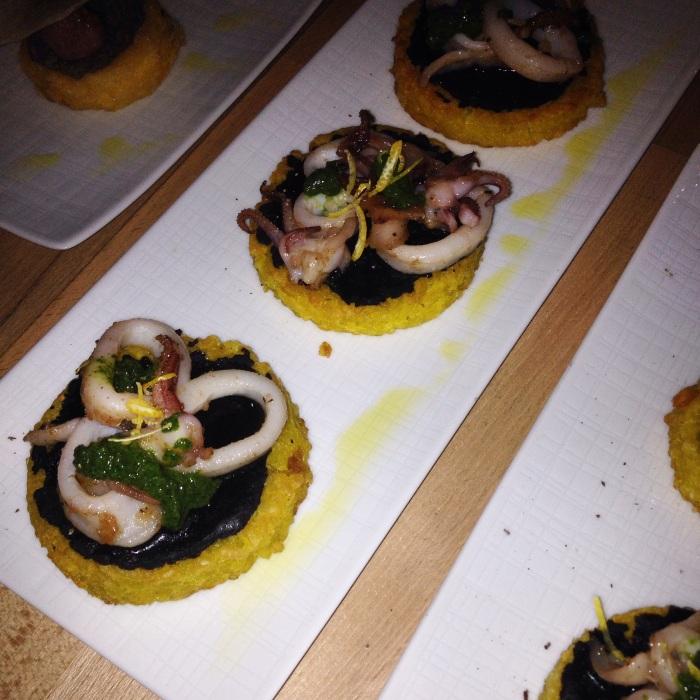 base di riso giallo con Mousse al nero di seppia con calamari brasati in padella, zeste di limone e pesto di prezzemolo