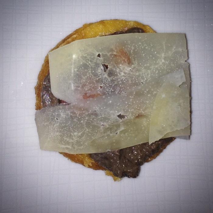 base di polentina gialla con Bocconcini di salsiccia su crema di funghi profumati al rosmarino e foglie di Pecorino romano