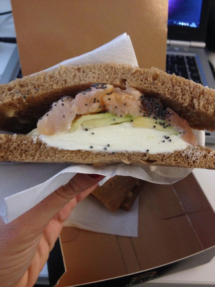 Tramezzino con salmone affumicato, avocado, semi di papavero e cream cheese